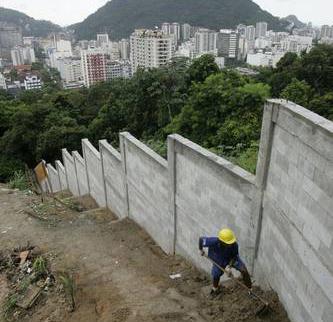 1211267585_favela_muro.jpg