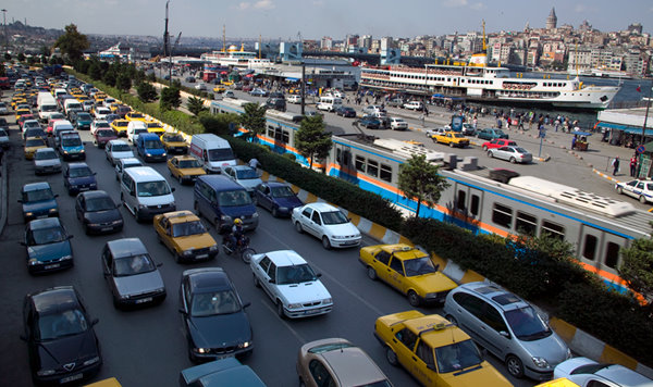 Extensa congestion vehicular afecta a Kabataş, un centro de transporte que combina terminal de ferry, trams, y funicular © Cemal Emden