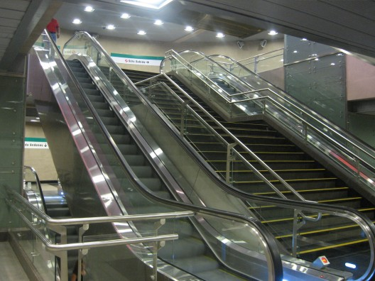 5 niveles deben ser salvados con escaleras, escaleras mecánicas y ascensores