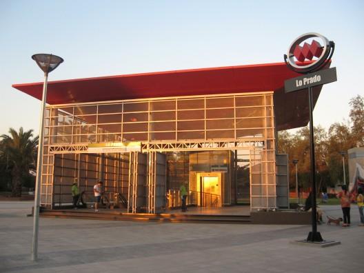La entrada a la estación se ubica al frente de la Municipalidad de Lo Prado y del Parque Santa Anita