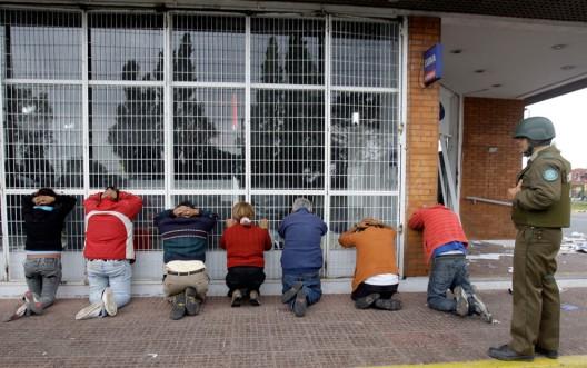 Personas detenidas por saqueos en Talcahuano (AP Photo/ Natacha Pisarenko)