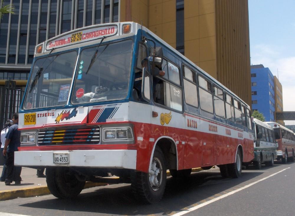Transporte público en Lima / img por @vergarapetrescu