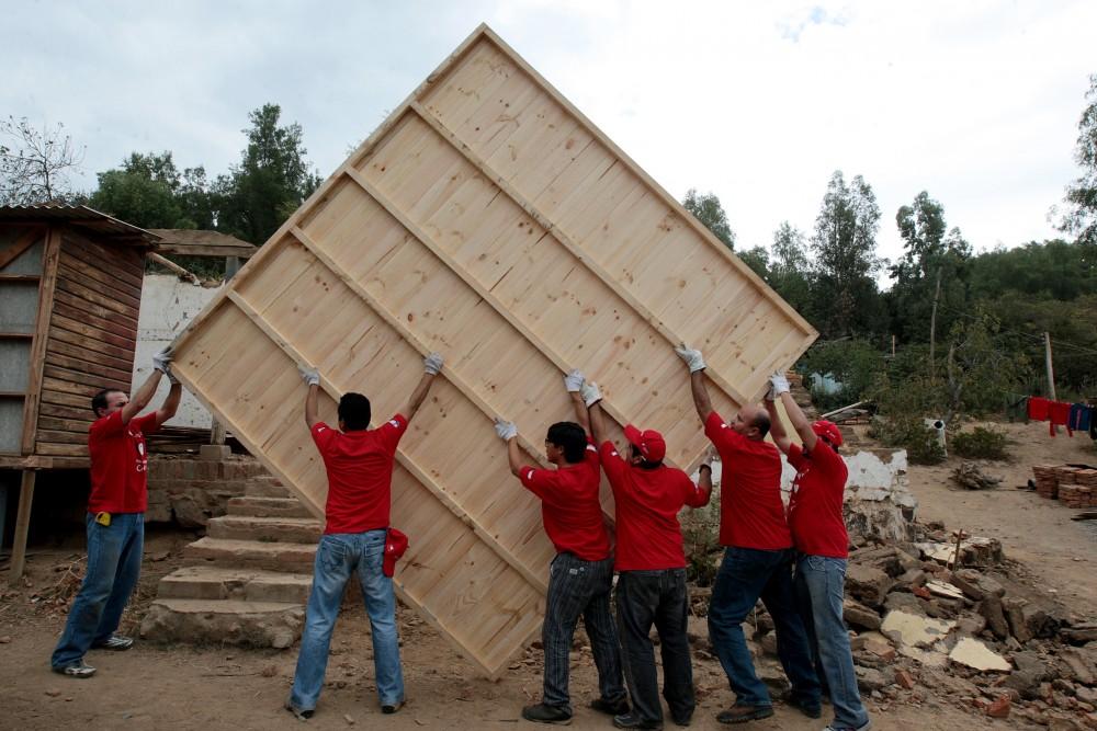 Fernando Villegas  visitaa voluntarios de un techo para chile en  la localidad de Pintue en la comuna de Paine