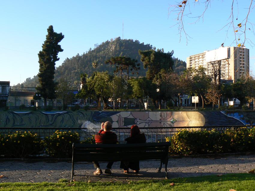 Vista desde el Parque Forestal al Parque Metropolitano de Santiago (fotografía C. Woywood)