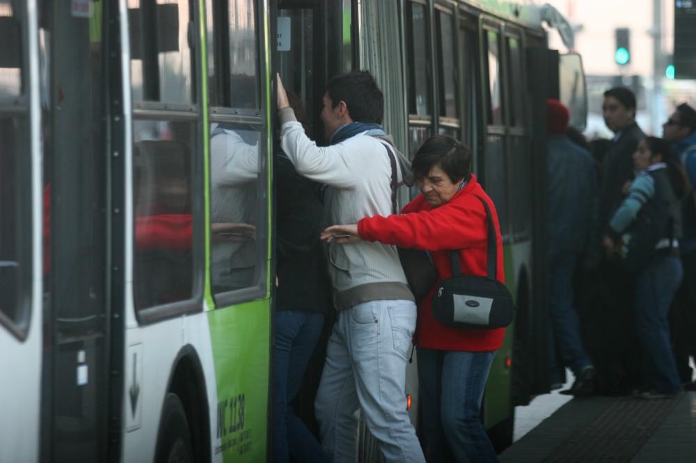 21 Abril 2010Transantiago: Alto porcentaje de usuarios no pagan pasa