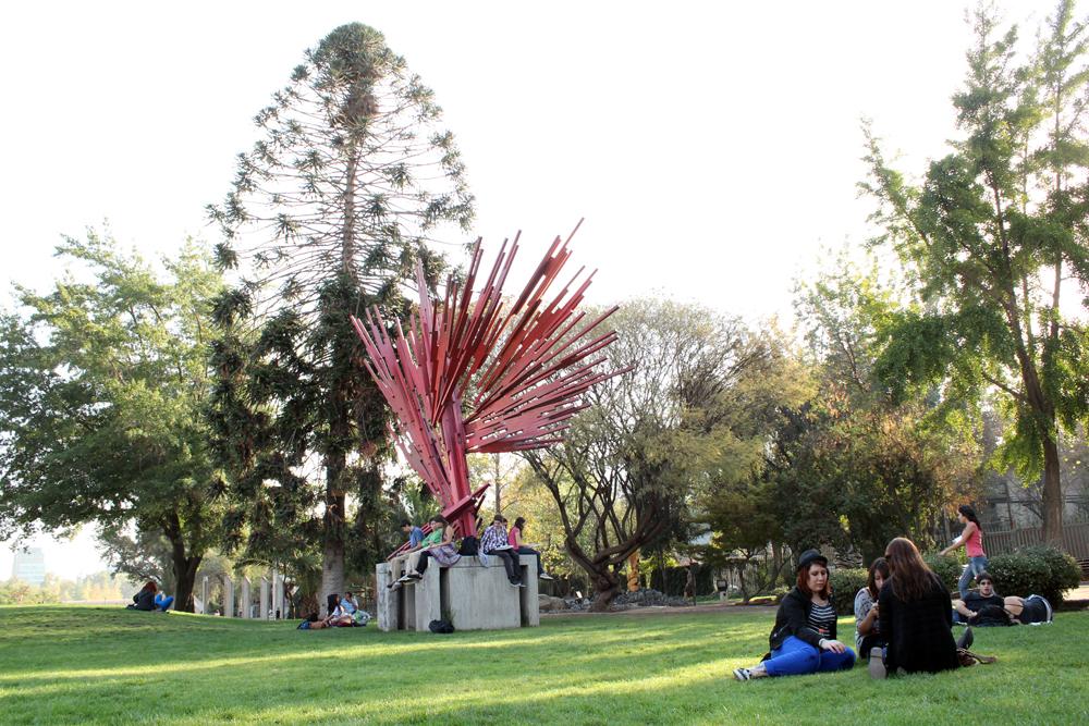"""Escultura """"Erupción"""" de Sergio Castilla Mandiola"""