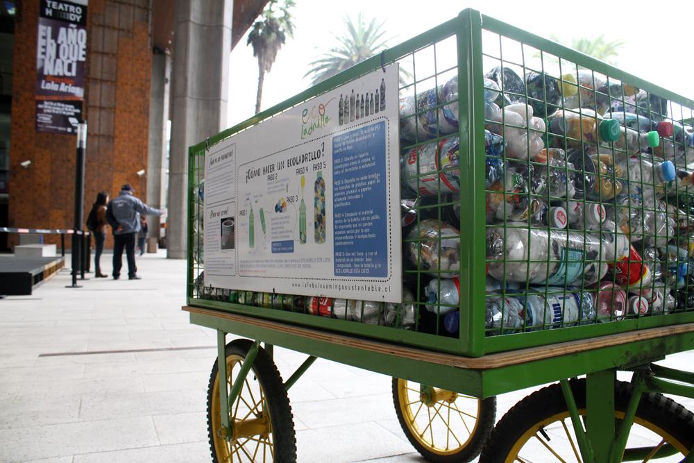 """Minga Sustentable: Recolecta """"Eco-ladrillos"""" (botellas rellenas con plásticos) para construir muros © Plataforma Urbana."""