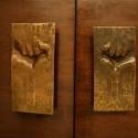 Tiradores de puerta del escultor Ricardo Mesa. En Dictadura se invirtió el sentido de las manos. (Rescatada de edificio original) © Plataforma Urbana.