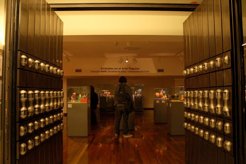 Puerta de Juan Egenau. Está a la entrada de la Sala de Arte Popular Americano (Edificio B, piso -1)