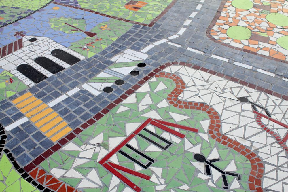Mosaico construido por la Municipalidad y la Comunidad Organizaciones Solidarias para la Plaza del Encuentro, Parque de Los Reyes 2008. © Plataforma Urbana.