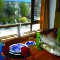 Comedor con loza inglesa y copas de Portugal. © Fundación Pablo Neruda.