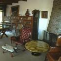 Escritorio y biblioteca de La Chascona. Se puede ver un cuadro de Caravaggio y la mesa de Piero Fornaceti. © Fundación Pablo Neruda.