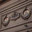 Medallones de la fachada, dedicados a grandes artistas de la historia. © Plataforma Urbana.