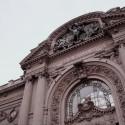Lado Inferior izquierdo de la foto: Medallones. Arriba: Alegoría de las Bellas Artes. © Plataforma Urbana.