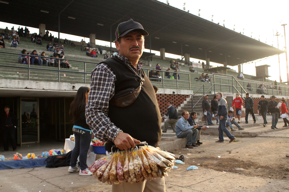 Vendedor en Tribuna Centenario. © Plataforma Urbana.