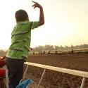 Niño alentando a su caballo en Tribuna Centenario. © Plataforma Urbana.