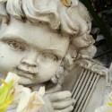 Escultura de ángel con una lira. © Plataforma Urbana.