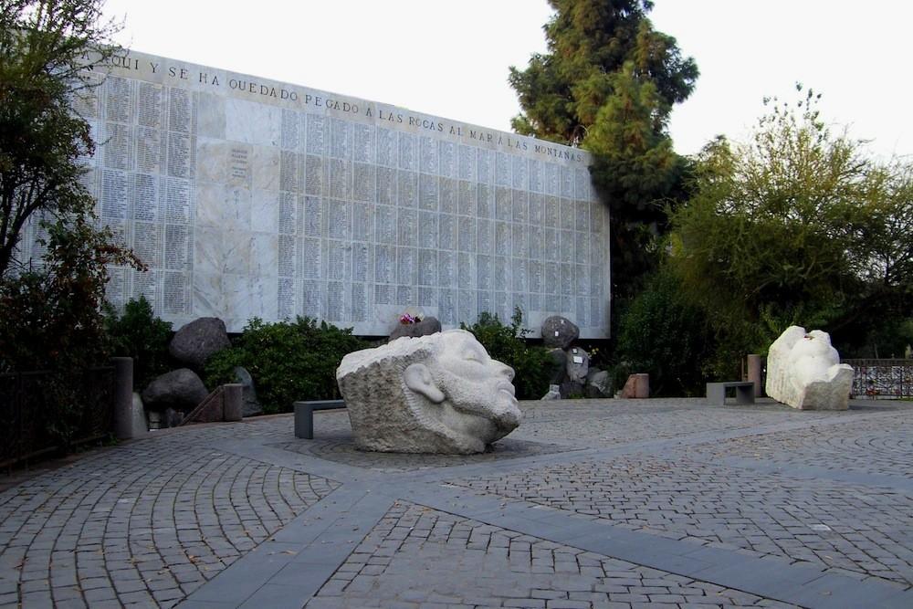 Memorial de Detenidos Desaparecidos de la Dictadura. Patio 102, cercano a acceso por calle Valdivieso. © Plataforma Urbana.
