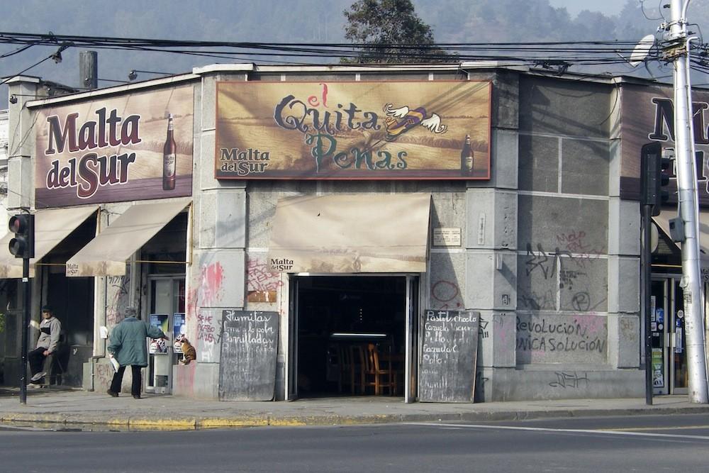 """Bar """"El Quitapena"""", en Av. Recoleta con calle Valdivieso. © Plataforma Urbana."""