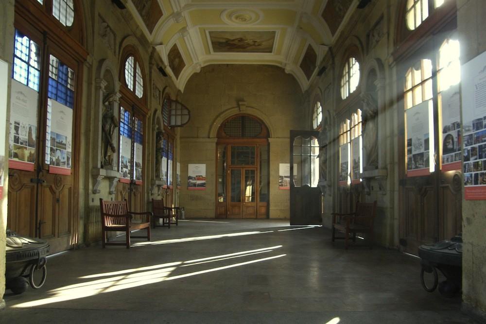 Hall principal, por Av. La Paz. © Plataforma Urbana.