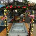 Tumba de familia giatana, adornada con guirnaldas de flores. © Plataforma Urbana.