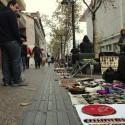Hace décadas que a la entrada del barrio, en la calle Pío Nono, se instalan estos puestos de artesanías. © Plataforma Urbana.