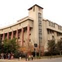 Fachada Escuela de Derecho U. de Chile, monumento nacional construido en 1938. © Plataforma Urbana.