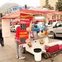 Zopaipillas y completos son parte de la dieta de varios universitarios del barrio. © Plataforma Urbana.