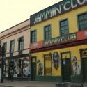 Jamming Club. Su fachada y la de otras discoteques están decoradas con llamativos murales. © Plataforma Urbana.
