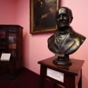 Busto de Don Andrés Bello, mentor de BVM en la escuela de Derecho de la U. de Chile. © Plataforma Urbana.