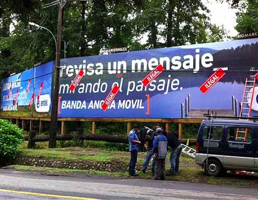 Foto: Letrero tapando una arboleda en camino Villarrica-Pucón, ruta eminentemente turística.