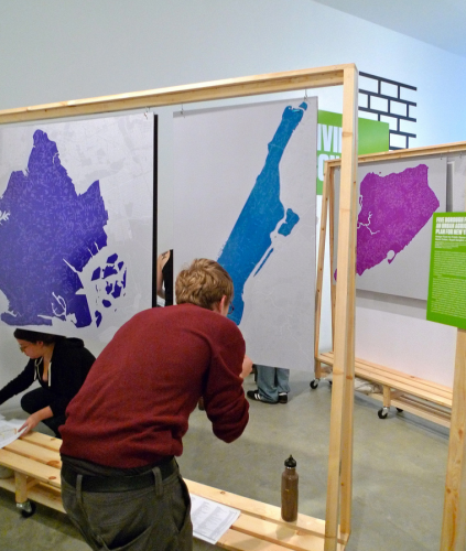 """Estudiantes mapeando sitios de agricultura urbana para el proyecto Five Borough Farm, un proyecto de recopilación de una amplia cantidad de datos con el fin de determinar un plan integral para la Agricultura Urbana en  Nueva York. Si estos datos se integraran en un mapa interactivo, sería una herramienta muy útil para la """"Agri-puntura Urbana"""". Foto a través de Ómnibus Urbano © Nevin Cohen"""