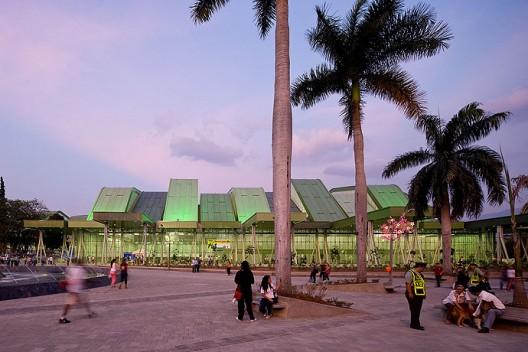 Complejo Deportivo Los cuatro escenarios de Giancarlo Mazzanti + Felipe Mesa (Plan: b) es una de las intervenciones arquitectónicas que ayudaron a contribuir a la renovación urbana de Medellín. © Iwan Baan