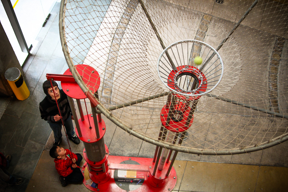 ¿Cuánta fuerza se necesita para elevar una pelota? Primer piso. © Plataforma Urbana.