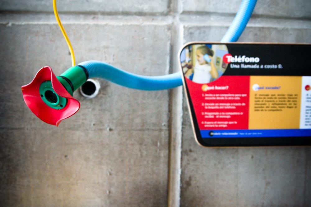 El teléfono más barato. © Plataforma Urbana.
