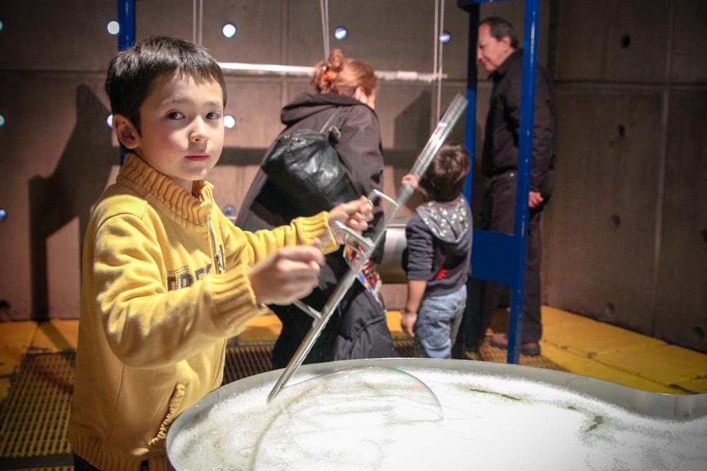 Jugando con la burbujas en la Sala de Fluidos. © Plataforma Urbana.