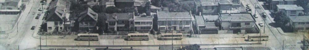 Chacabuco entre Colo Colo y Castellón hacia fines de la década de 1970,  la calle ya se había ensanchado y presentaba un carácter netamente residencial.  Todas las viviendas que se ven en la imagen aún existen pero con usos  diversos; restaurantes, oficinas bancarias y comerciales.  Fotografía expuesta en la I. Municipalidad de Concepción