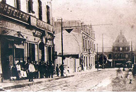 Ya en la década de 1920 aparecen nuevos edificios como el Hotel de France, en la esquina con Prat, el cual se caracterizaba por su notorio estilo francés  y además notamos la segunda línea de tranvías, la cual se instala con posterioridad a la llegada del tranvía eléctrico en 1908.