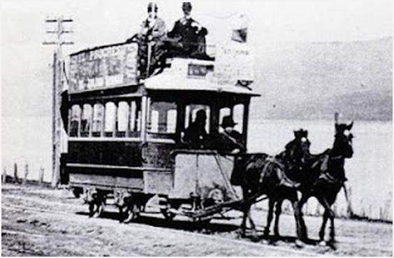 Tranvía tirado por caballos en sector Agua de las Niñas, (actual Pedro de Valdivia), la línea estaba contigua al Río. Fotografía de la colección del Museo Histórico Nacional.