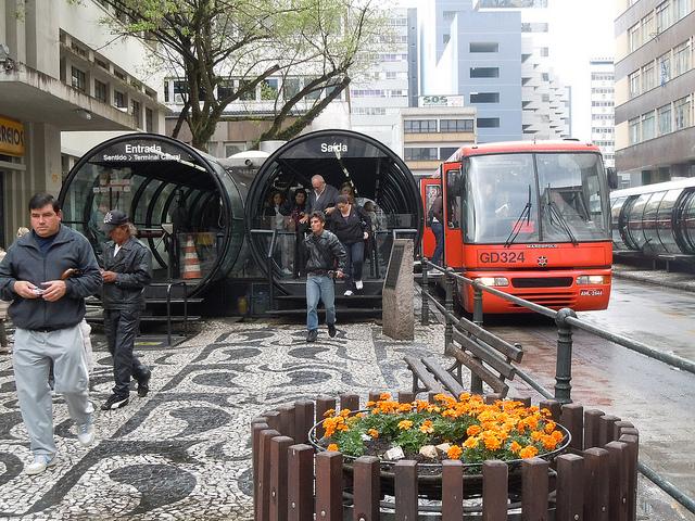 Bus Rapid Transit (BRT) en Curitiba, Brasil. © whl.travel; vía Flickr
