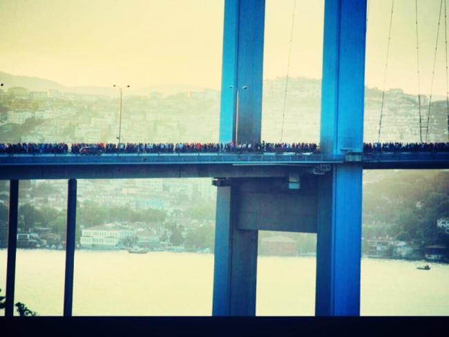 Miles de ciudadanos cruzando uno de los puentes sobre el bósforo a pie como forma de protesta
