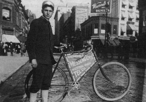 Mensajero ciclista en el primer Monstertrack Alleycat de Nueva York. Vía www.thelmagazine.com