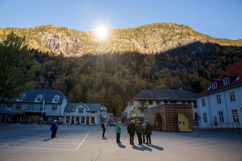 5272cf05e8e44e88a000073b_espejos-gigantes-reflejan-el-sol-de-invierno-en-la-ciudad-noruega-de-rjukan_m01_rtx14gtj-1000x666
