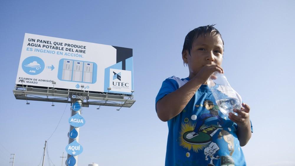 5283bfe5e8e44e524b0000f5_lima-per-cartel-publicitario-transforma-la-humedad-del-aire-en-3000-litros-de-agua-potable-al-mes_utec_water_billboard_bottle-1000x562