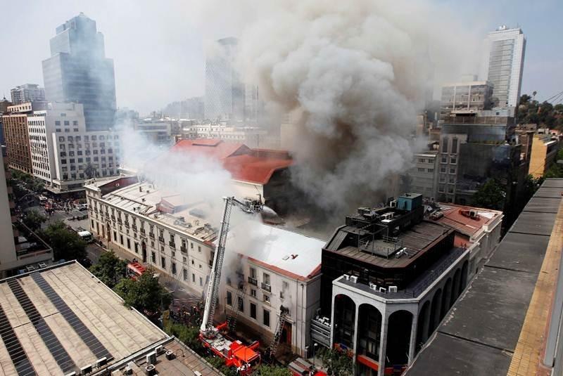 52d4ab30e8e44ef8bf000059_incendios-la-constante-amenaza-a-nuestro-patrimonio-arquitect-nico_incendio_teatro_santiago-movil