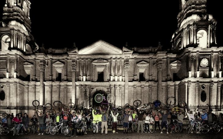 """Ciclistas urbanos del grupo """"Enbiciados Arequipa"""" reunidos en el frontis de la Catedral en el Centro Histórico de la ciudad. Foto: Bruno Nuñez Melgar. 2013"""