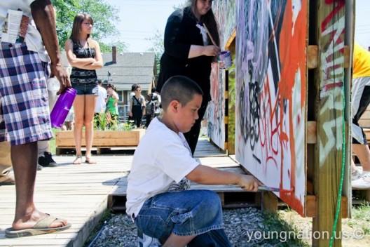 Un joven de Detroit participa en la creación de un mural en el Proyecto Callejón en el suroeste de Detroit. / Foto: Erik Howard / Proyecto Callejón