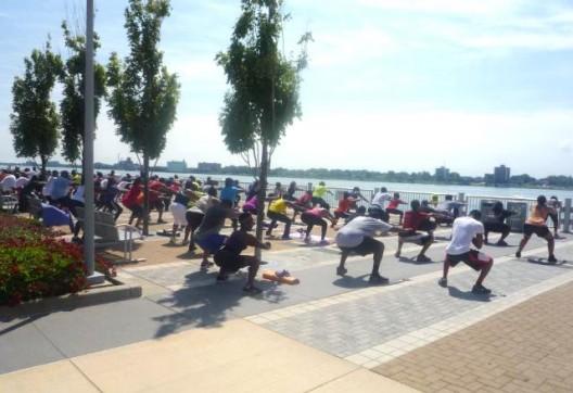 La costanera del principal Río de Detroit se activó recién el verano de 2013 por una serie de actividades LQC, como esta masiva clase de yoga, como parte de una estrategia desarrollada por PPS y el Río Conservancy. / Foto: PPS