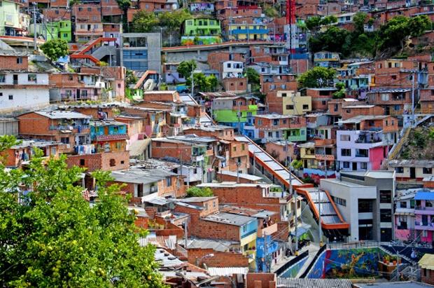 Escaleras mecánicas en Medellín. Vía The Guardian