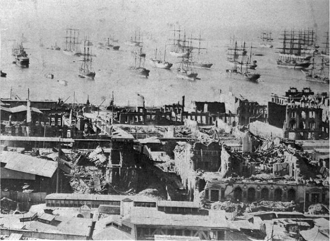 Vista de El Almendral destruido luego del terremoto e incendio de 1906, al fondo la actividad portuaria incesante, en  Ferrada, M. 2006.